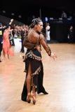 Stelt het dans Latijnse paar in een dans Stock Foto