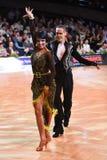 Stelt het dans Latijnse paar in een dans Royalty-vrije Stock Foto's