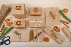Stelt inzameling voor op een houten lijst met pakkettoebehoren die wordt gelegd De voorbereiding van het nieuwjaar Stock Afbeelding
