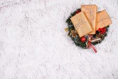 Stelt in Kerstmiskroon voor op bont stock fotografie