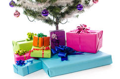 Stelt onder de Kerstmisboom voor Stock Afbeeldingen