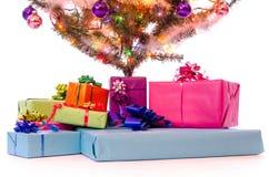 Stelt onder de Kerstmisboom voor Stock Fotografie