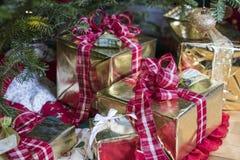 Stelt onder de Kerstmisboom voor Stock Afbeelding