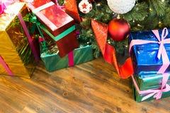 Stelt onder Kerstmisboom voor Royalty-vrije Stock Foto