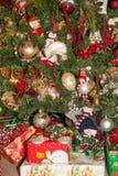 Stelt onder Sneeuwmannen op Kerstboom voor Stock Foto