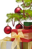 Stelt onder verfraaide Kerstboom voor Stock Foto