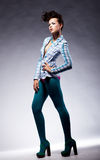 Stelt trendy dame van de manier in elegant - schoonheidsstijl Royalty-vrije Stock Foto's