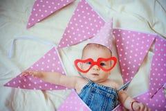 Stelt voor jonge moeder voor Familie Kinderverzorging De Dag van kinderen Snoepje weinig baby Het nieuwe leven en geboorte Kinder stock afbeeldingen