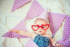Stelt voor jonge moeder voor Familie Kinderverzorging De Dag van kinderen Snoepje weinig baby Het nieuwe leven en geboorte Kinder stock foto