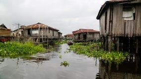 Stelthuizen in het dorp van Ganvie op het Nokoue-meer, Benin stock afbeelding
