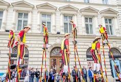 Steltlopers Merchtem Belgia, Stiltwalkers zdjęcia stock