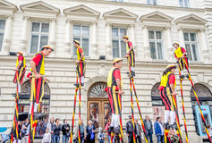 Steltlopers Merchtem Belgien, Stiltwalkers Stockfotos