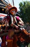 Stelze-Puppenspielers-Unterhalter während des Kunst-Festivals Stockfotos
