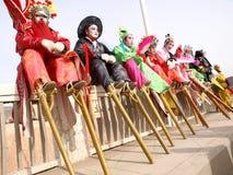 Stelzeschauspieler sitzender Balusterrest Stockfotografie