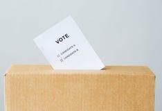 Stem in stembusgroef wordt opgenomen bij de verkiezing die stock afbeelding