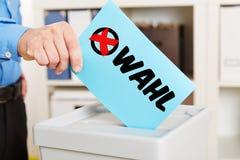 Stembriefje op stembus tijdens verkiezing stock fotografie