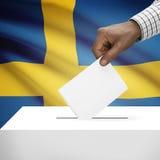 Stembus met nationale vlag op achtergrondreeks - Koninkrijk van Zweden stock foto