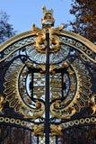 Stemma come decorazione del portone di un palazzo a Londra immagine stock libera da diritti