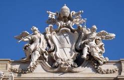 Stemma di papa Clemente XII sulla fontana di Trevi a Roma immagini stock