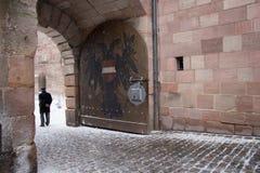 Stemma doppio Eagle dipinto al portone del castello di Norimberga bavaria germany immagine stock