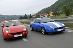 Stemmende auto's die onderaan de weg rennen stock fotografie