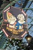 Stempel en Judy Pub Sign in Londen stock afbeeldingen