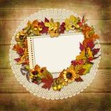 Stempel-Feld mit Herbstlaub auf einem hölzernen Hintergrund Stockfotos
