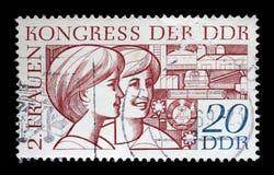 Stempel gedruckt in DDR, Shows zwei junge Frauen, gewidmet dem zweiten Kongreß von Frauen Stockfotos