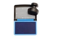 Stempel mit der geöffneten Auflage der blauen Tinte lokalisiert Lizenzfreie Stockfotografie