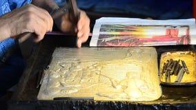 Stempeln der Blech-Prozesshandwerks-Silber-Handwerks-thailändischen Kunst stock footage