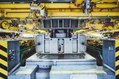 Stemplować linię na samochodowej manufakturze Zdjęcia Stock