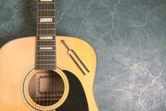Stemvork en akoestische gitaar royalty-vrije stock fotografie
