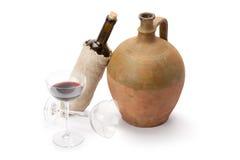 Stemware, fles wijn en oude amfora Stock Fotografie
