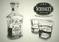 Stemware y botella con el whisky Imagen de archivo