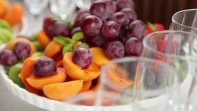 Stemware y fruite de la boda almacen de metraje de vídeo