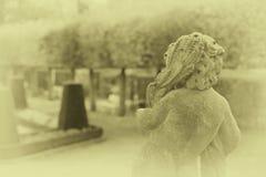 Stenängelstaty i trädgård Skyddsängelstaty i solljus som ett symbol av förälskelse i trädgård arkivfoton