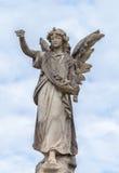 Sten Angel Statue mot moln och blå himmel Royaltyfri Foto
