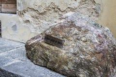 Sten av Dante Alighieri i Florence nära duomo Fotografering för Bildbyråer