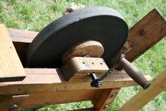 Sten för att vässa kanterna av stålhjälpmedel royaltyfri foto