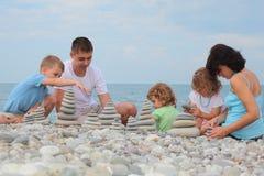sten för buntar för pebble för strandbyggandefamilj Arkivbilder