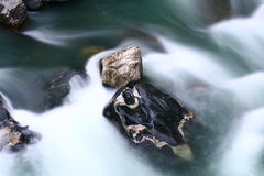 Sten i floden Arkivbild