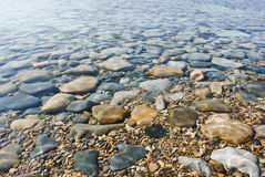 Sten i klart vatten arkivbilder