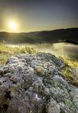 Sten i mitt av vegetationen på överkanten av mounen Royaltyfria Bilder