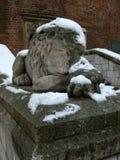 Sten Lion Asleep i snö Royaltyfria Bilder