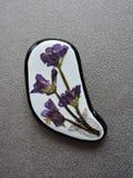 Sten med pressande blommor Arkivbild