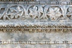 Sten med snidit på den huvudsakliga gatan i den forntida Lycian staden Patara kalkon Arkivfoto