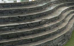 Sten och kurvtrappuppgång på konstgjord torva royaltyfri foto