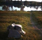 Sten på en bakgrund av floden fotografering för bildbyråer