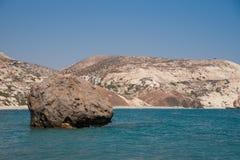 Sten på stranden av aphroditen cyprus Arkivbild