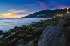 Sten på stranden i skymning, phuket Arkivfoto